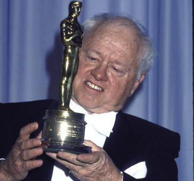 http://mickeyrooney.org/wp-content/uploads/2016/10/cropped-Mickey-Rooney-83-Oscar.jpg